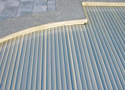 De gevulde lamellen geven aan de covrex zwembadrolluiken zijn unieke structuur