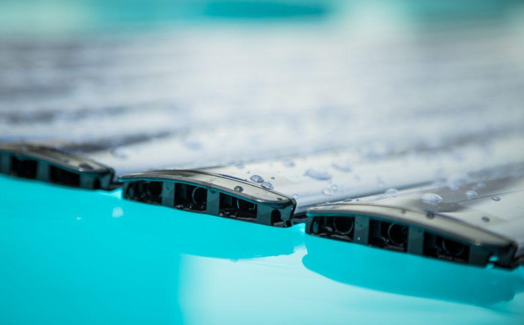 De plexiglas oplossing van Covrex zwembadrolluiken geeft deze lamellen een hoge degelijkheid en slagvastheid.